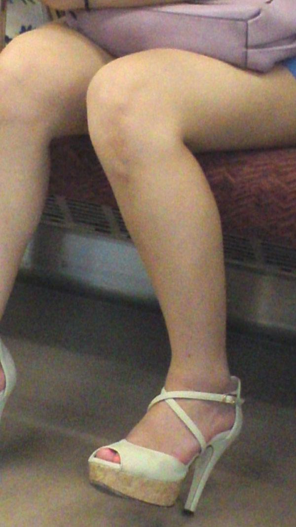 【電車内エロ画像】対面座席に居る非常にけしからん美脚…あわよくばパンチラもwww 02