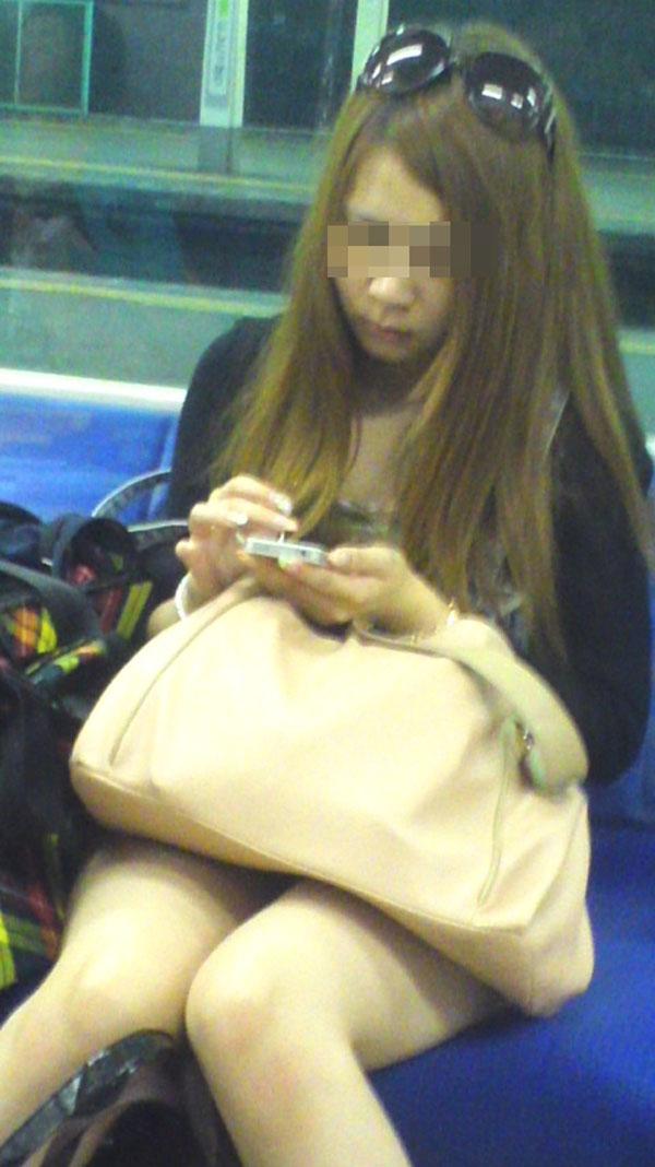 【電車内エロ画像】対面座席に居る非常にけしからん美脚…あわよくばパンチラもwww 04