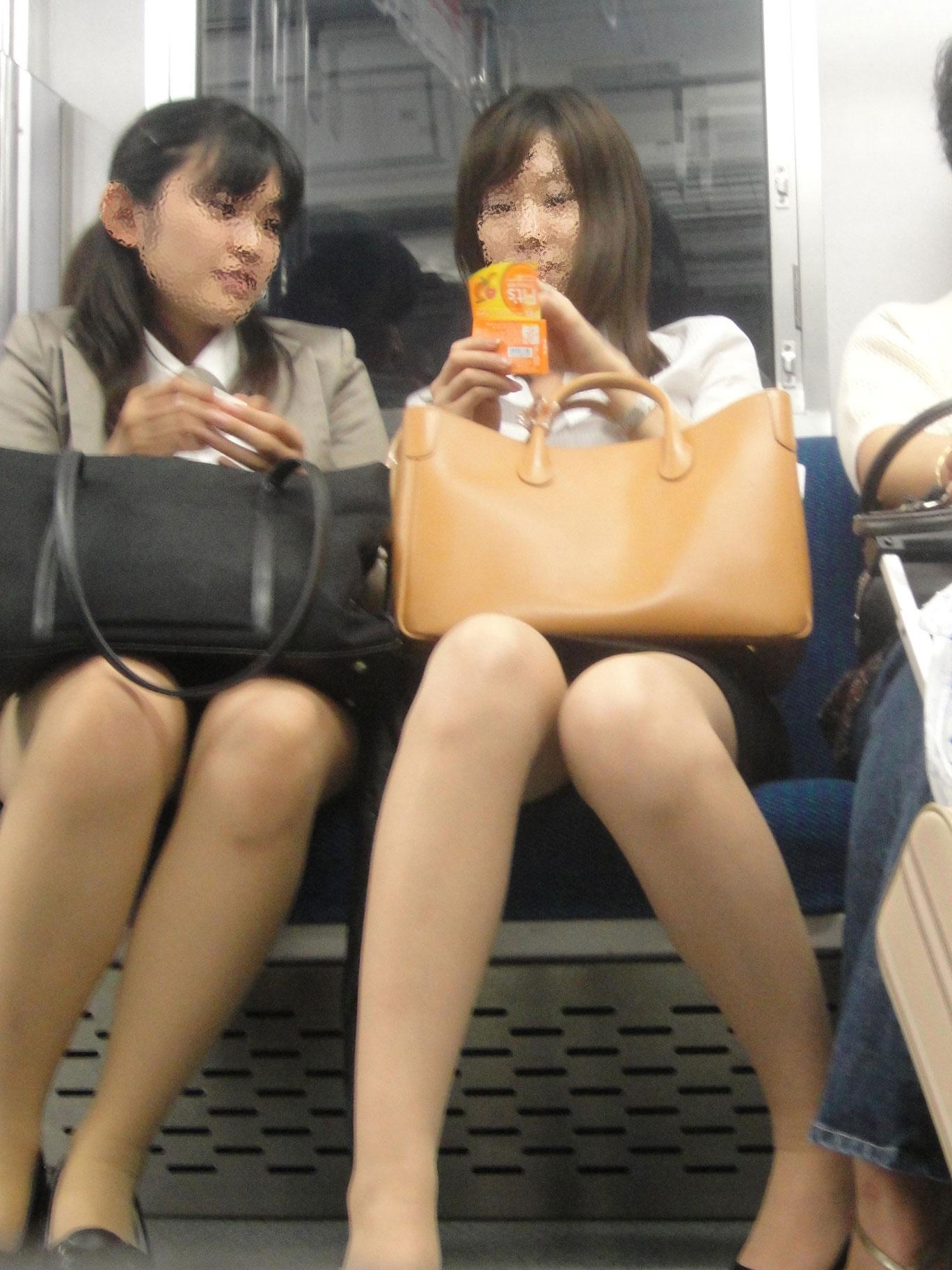 【電車内エロ画像】対面座席に居る非常にけしからん美脚…あわよくばパンチラもwww 05