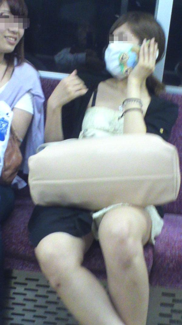 【電車内エロ画像】対面座席に居る非常にけしからん美脚…あわよくばパンチラもwww 07