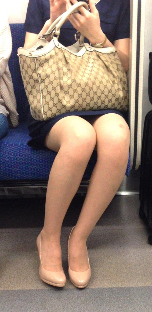 【電車内エロ画像】対面座席に居る非常にけしからん美脚…あわよくばパンチラもwww 12
