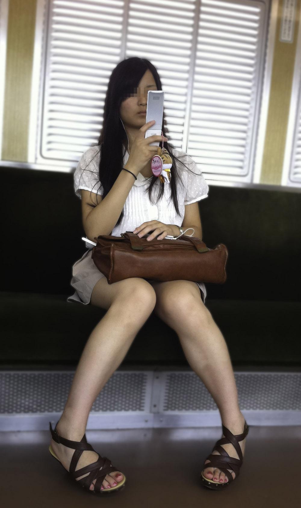 【電車内エロ画像】対面座席に居る非常にけしからん美脚…あわよくばパンチラもwww 13