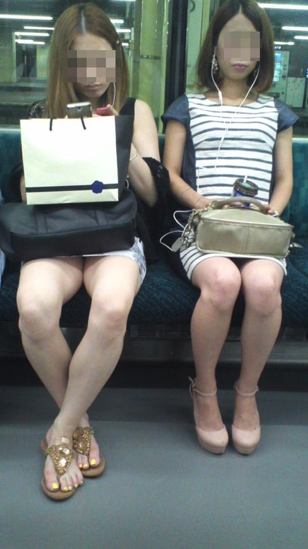 【電車内エロ画像】対面座席に居る非常にけしからん美脚…あわよくばパンチラもwww 19