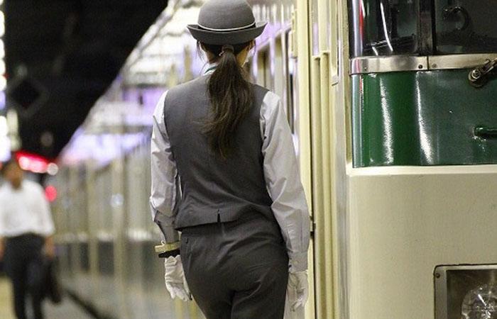 【働く女性微エロ画像】パンツスーツの着衣尻に撮り鉄もブレる!?女性車掌の素敵な下半身www 001