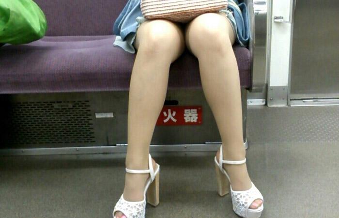 【電車内エロ画像】ナイスな脚線美だらけ♪移動の寒い時期は電車内で美脚撮りwww 001