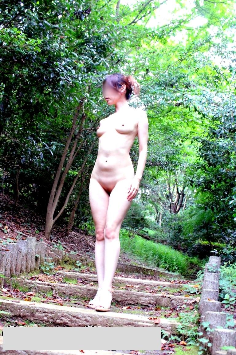 【素人露出エロ画像】自然の多い場に全裸で溶け込む…野外露出を好む方は自然派が多いwww 06