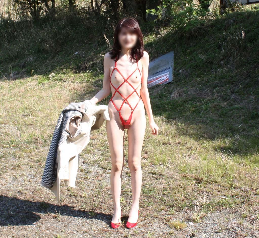 【素人露出エロ画像】自然の多い場に全裸で溶け込む…野外露出を好む方は自然派が多いwww 11
