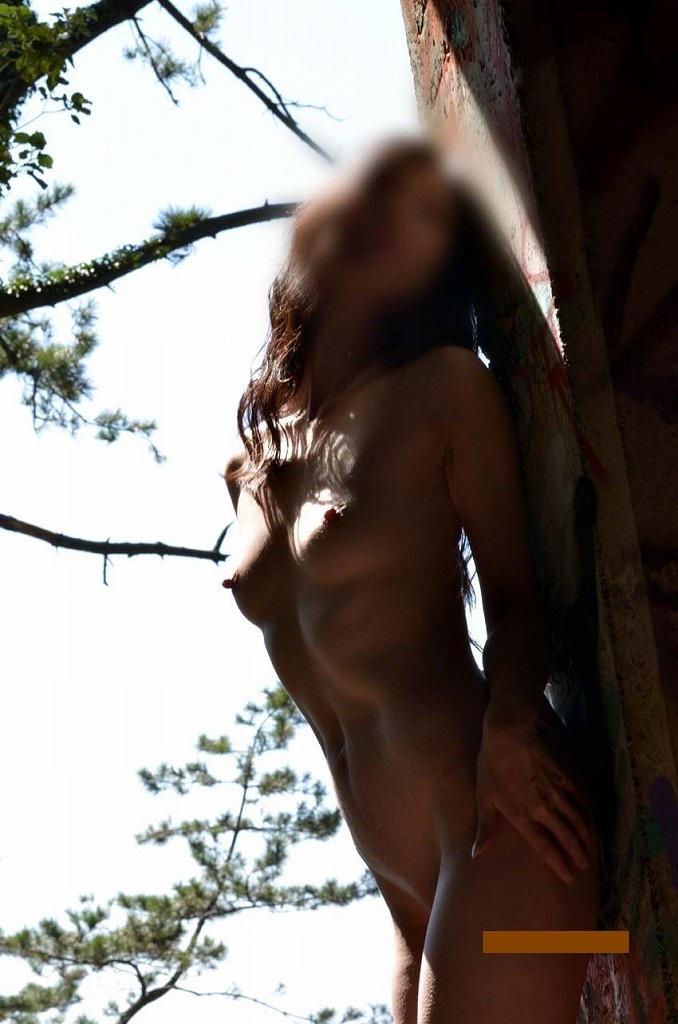 【素人露出エロ画像】自然の多い場に全裸で溶け込む…野外露出を好む方は自然派が多いwww 14
