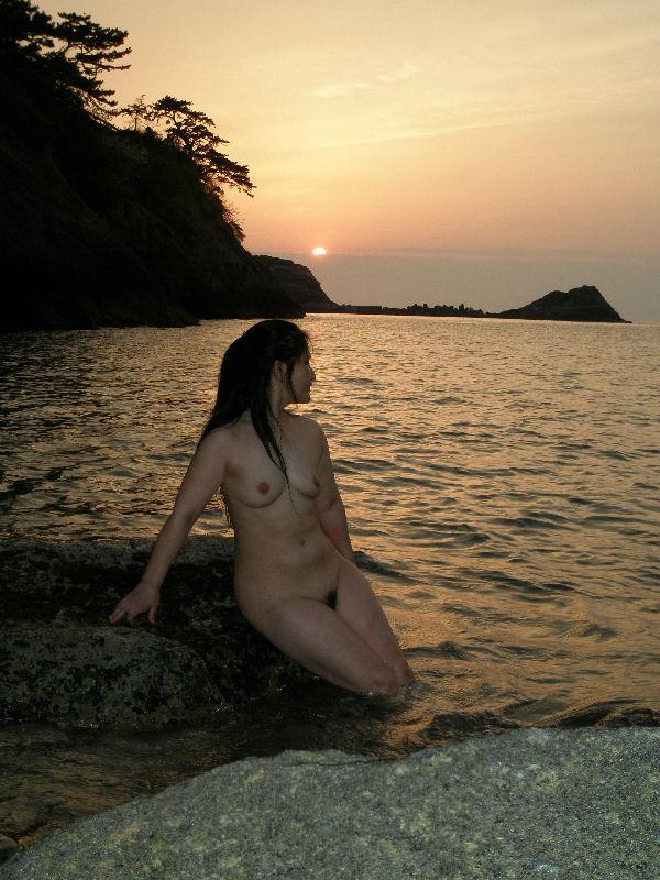 【素人露出エロ画像】自然の多い場に全裸で溶け込む…野外露出を好む方は自然派が多いwww 18