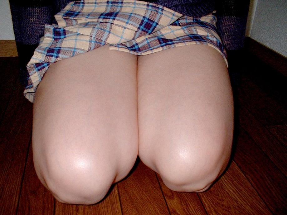 【太ももフェチエロ画像】膝枕大好きな主が正座してムチムチが強調された太もも貼ってくwww 17