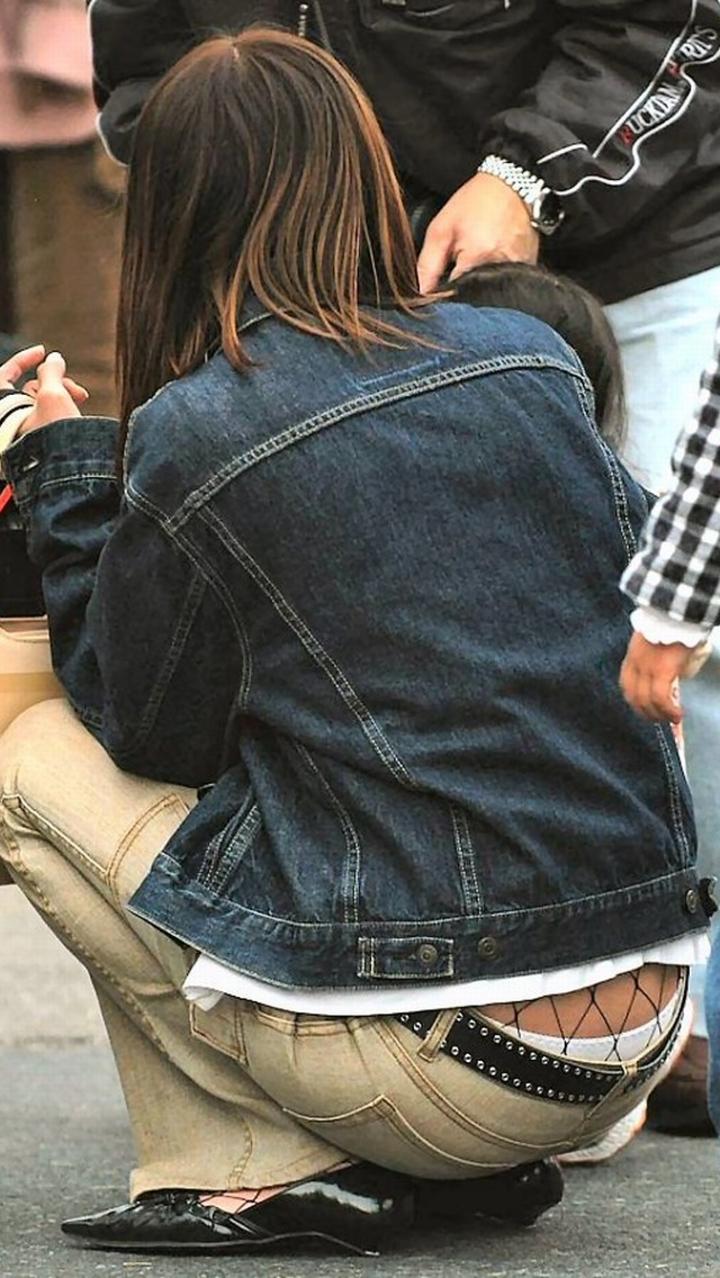 【ママチラエロ画像】ママさんパンツ見えてまっせ!人の奥が隙だらけなほど興奮を誘うwww 01