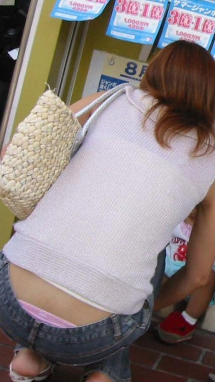 【ママチラエロ画像】ママさんパンツ見えてまっせ!人の奥が隙だらけなほど興奮を誘うwww 05