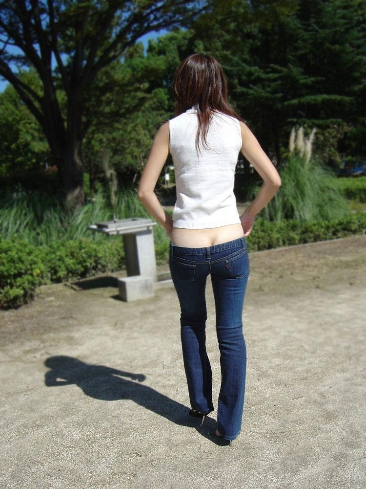 【ローライズエロ画像】前から見ても卑猥でしたwww半ケツと下腹部がそそるローライズ 17