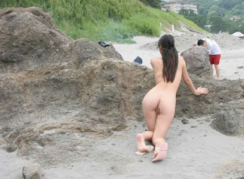 【素人露出エロ画像】新たな夜明けと共に見せる裸体www元日からでも露出マニアは全開です 14