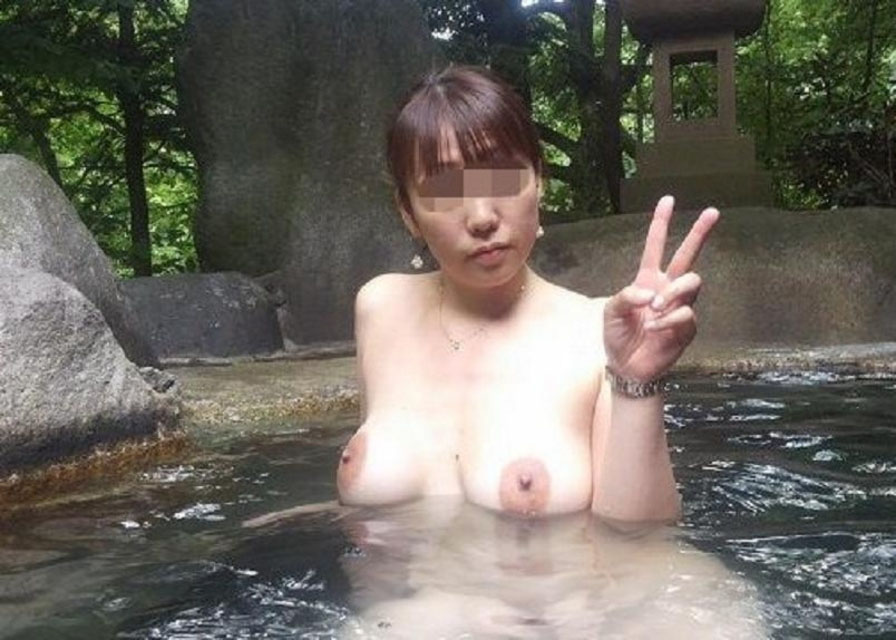 【温泉エロ画像】温泉旅行で盛大に露出する湯けむり素人さんの裸体を見て暖まろうかwww 09