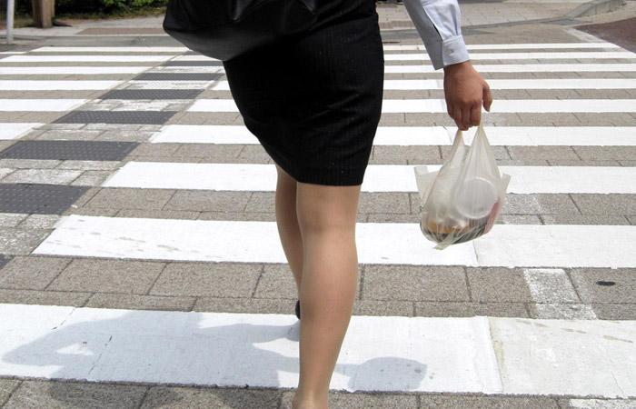 【街撮りOLエロ画像】着衣尻と美脚を只管追っかけ!肉付きたまらん働く女性の下半身www 001