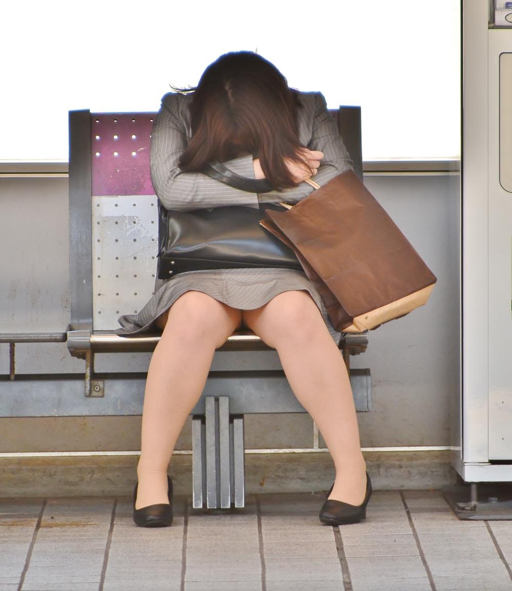 【街撮りOLエロ画像】着衣尻と美脚を只管追っかけ!肉付きたまらん働く女性の下半身www 03