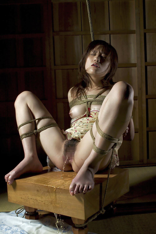 【SMエロ画像】縛ると尖って大きく見えちゃう不思議www緊縛されたおっぱい画像 18