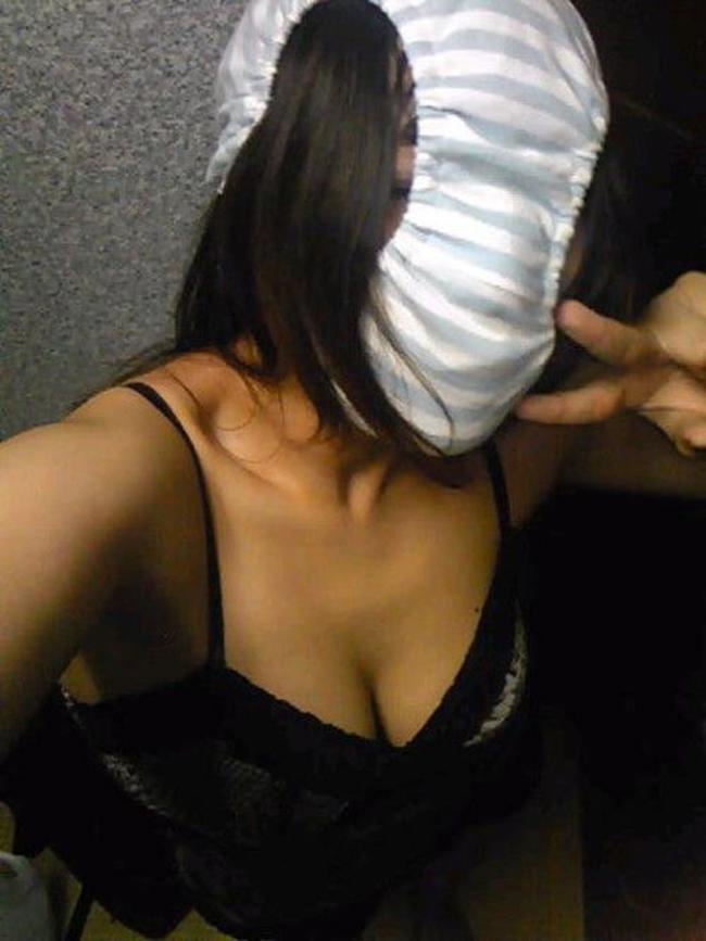 【シュール系エロ画像】リアル変態仮面参上www自前のパンツで顔隠す素人女子たち 07