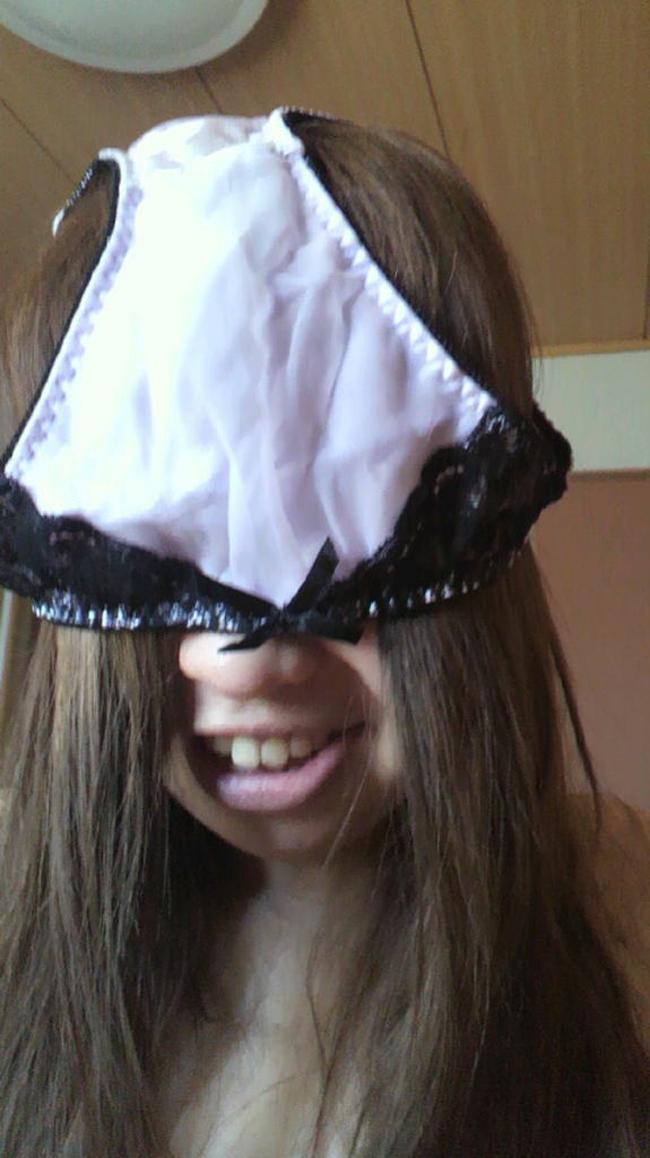 【シュール系エロ画像】リアル変態仮面参上www自前のパンツで顔隠す素人女子たち 08