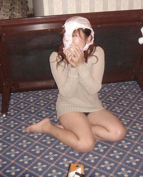 【シュール系エロ画像】リアル変態仮面参上www自前のパンツで顔隠す素人女子たち 13