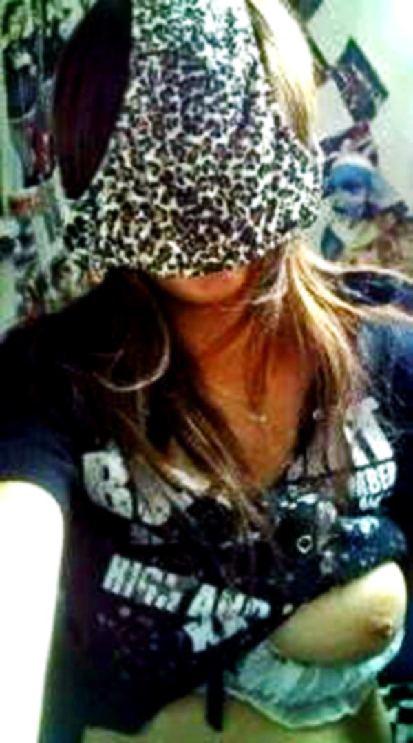 【シュール系エロ画像】リアル変態仮面参上www自前のパンツで顔隠す素人女子たち 16