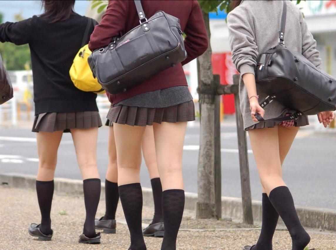 【パンチラエロ画像】(見えてるよー…)と心の中でだけwスカート引っ掛けてパンツ見えっ放しな女子www 05