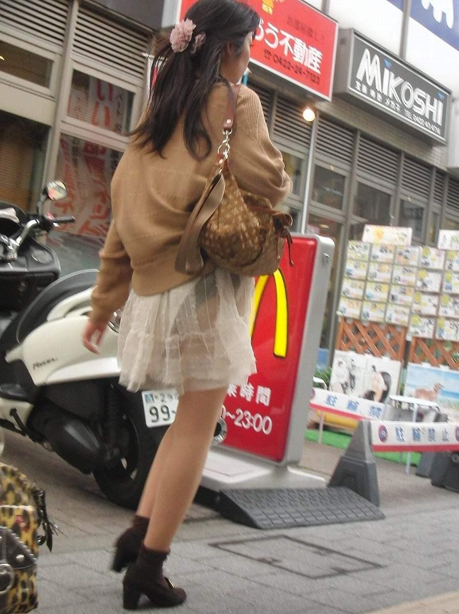 【パンチラエロ画像】(見えてるよー…)と心の中でだけwスカート引っ掛けてパンツ見えっ放しな女子www 07