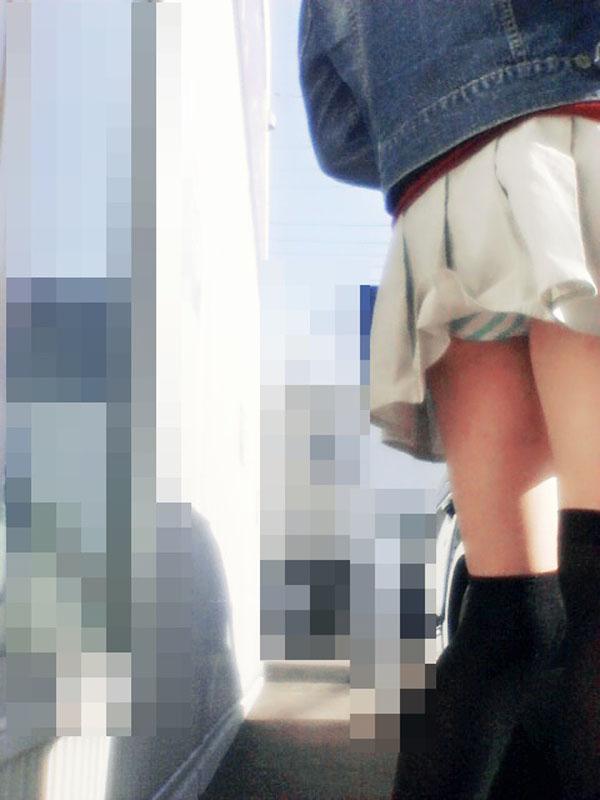 【パンチラエロ画像】(見えてるよー…)と心の中でだけwスカート引っ掛けてパンツ見えっ放しな女子www 08