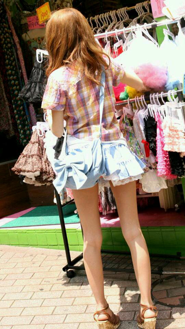 【パンチラエロ画像】(見えてるよー…)と心の中でだけwスカート引っ掛けてパンツ見えっ放しな女子www 11