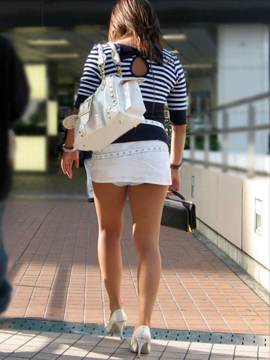 【パンチラエロ画像】(見えてるよー…)と心の中でだけwスカート引っ掛けてパンツ見えっ放しな女子www 17