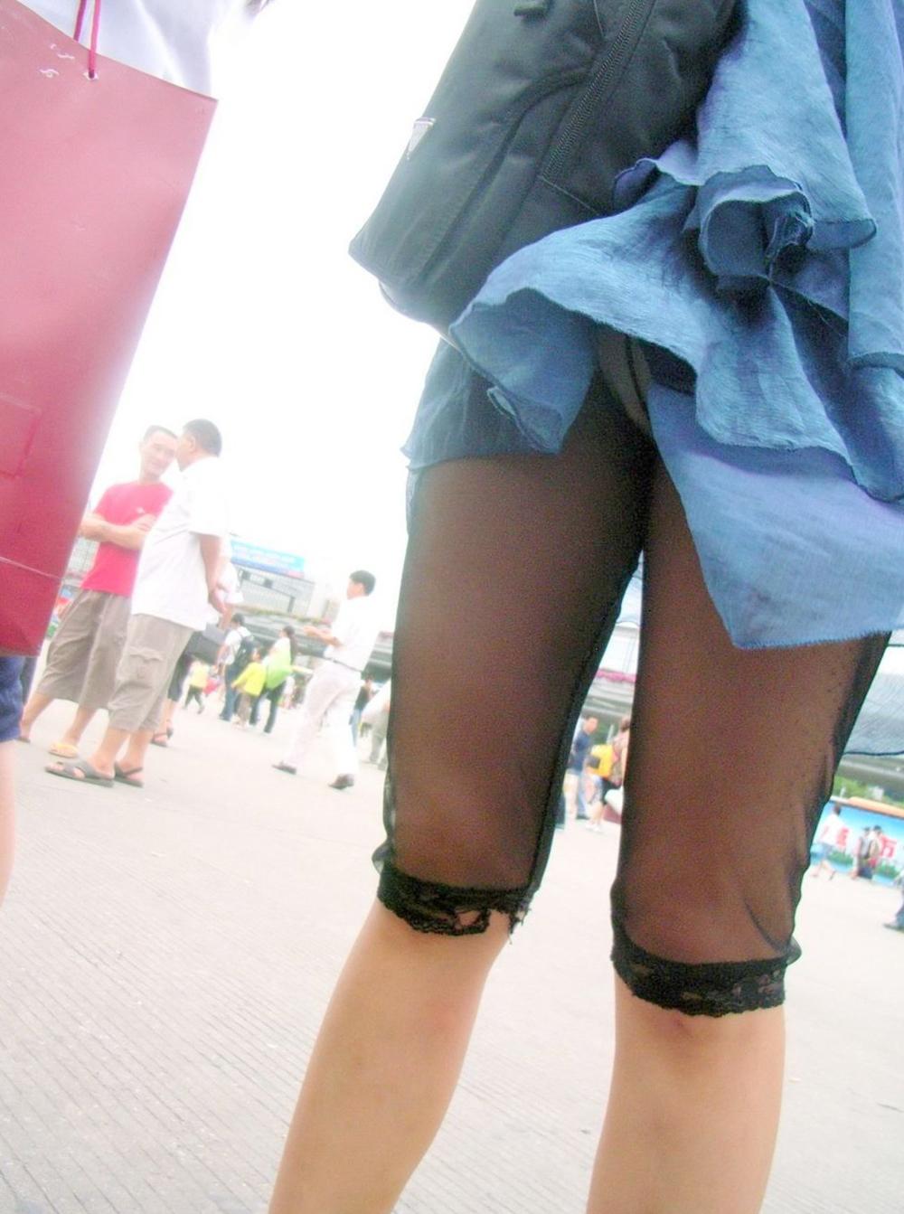 【パンチラエロ画像】(見えてるよー…)と心の中でだけwスカート引っ掛けてパンツ見えっ放しな女子www 18