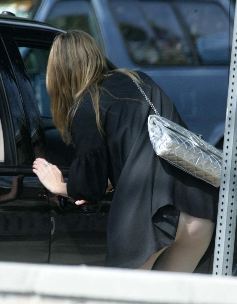 【パンチラエロ画像】(見えてるよー…)と心の中でだけwスカート引っ掛けてパンツ見えっ放しな女子www 19