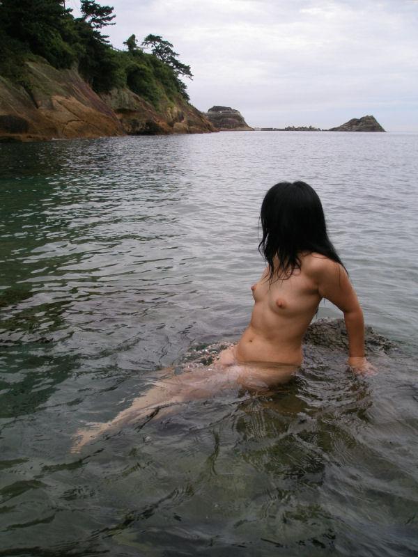 【素人露出エロ画像】海だからといって許されるものではないwww国内ビーチで露出する淑女たち 03
