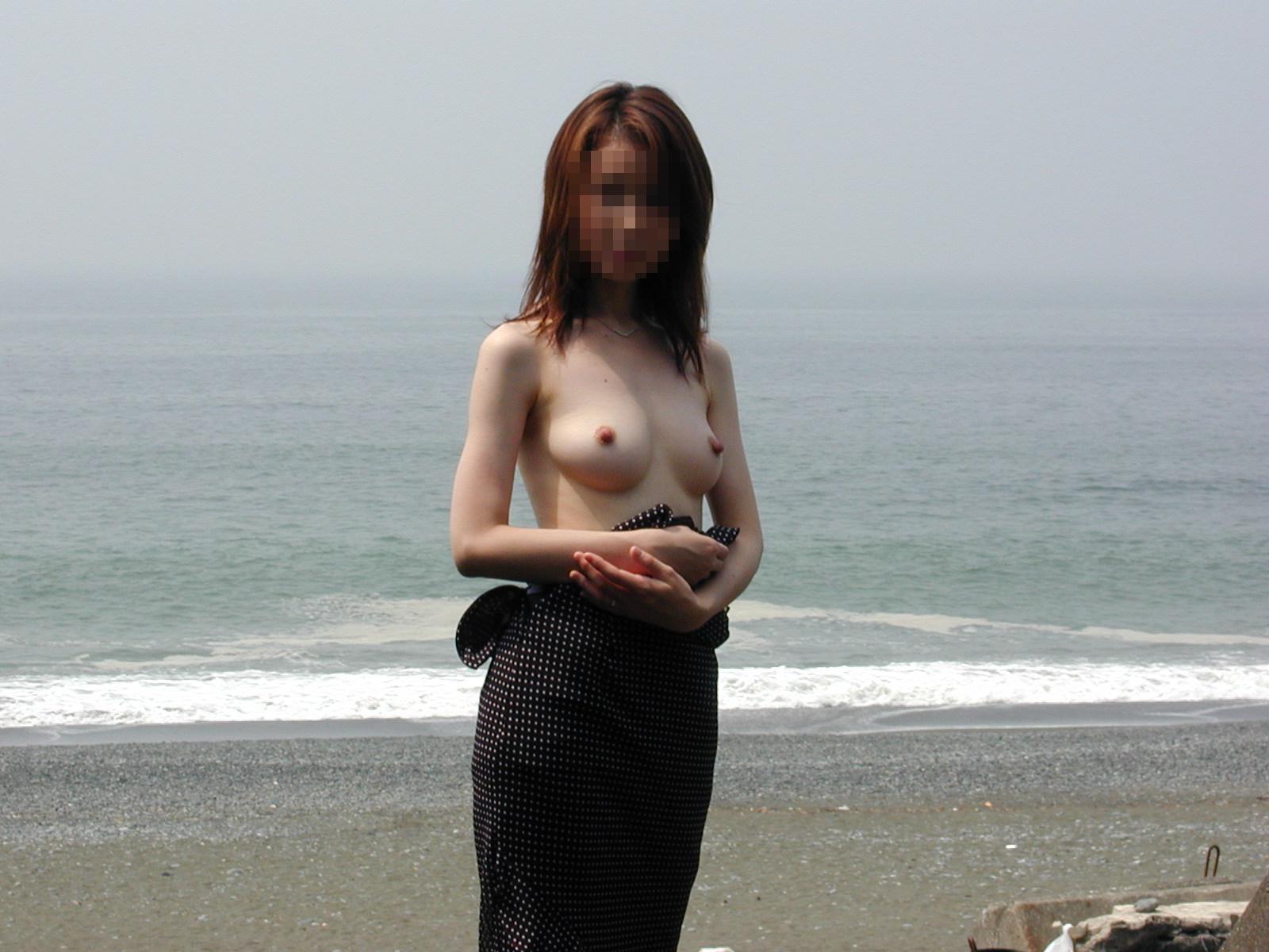 【素人露出エロ画像】海だからといって許されるものではないwww国内ビーチで露出する淑女たち 04