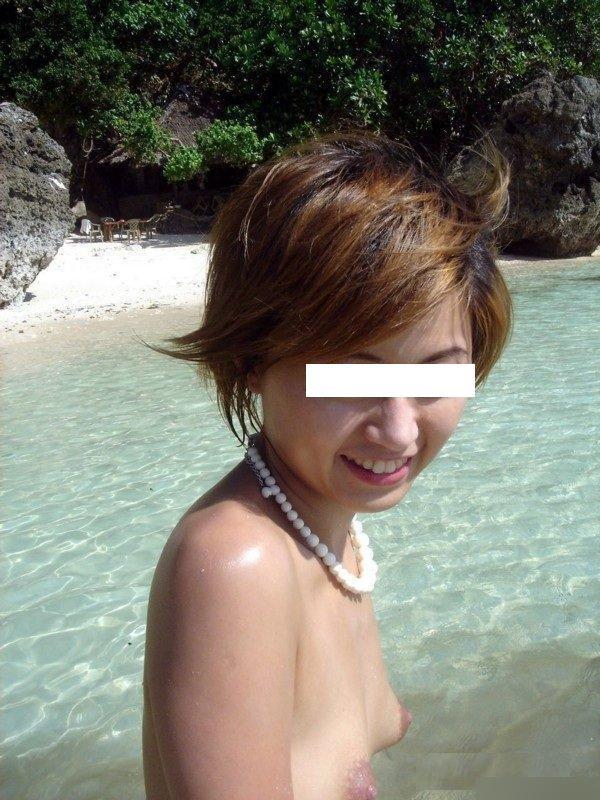 【素人露出エロ画像】海だからといって許されるものではないwww国内ビーチで露出する淑女たち 06
