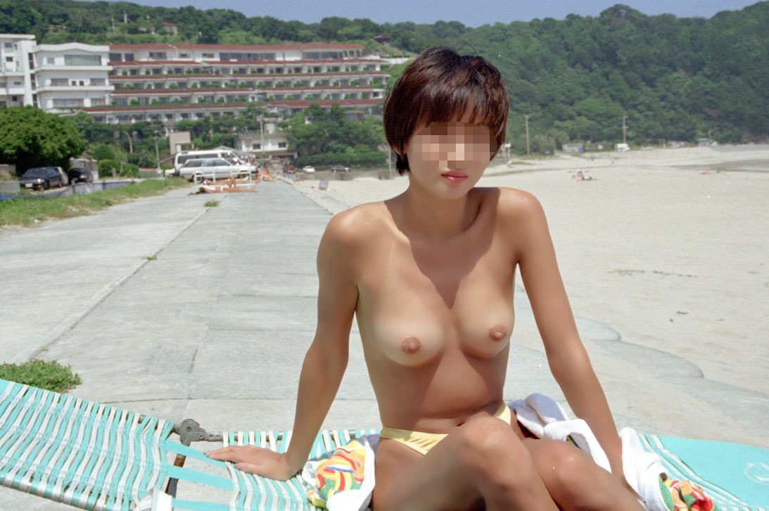 【素人露出エロ画像】海だからといって許されるものではないwww国内ビーチで露出する淑女たち 10