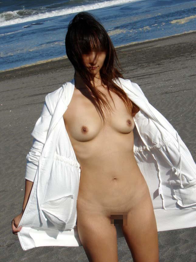 【素人露出エロ画像】海だからといって許されるものではないwww国内ビーチで露出する淑女たち 19