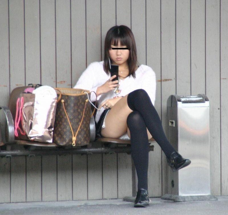 【パンチラエロ画像】貞操観念も疑わしくなってしまうような見え過ぎな座りパンチラwww 01