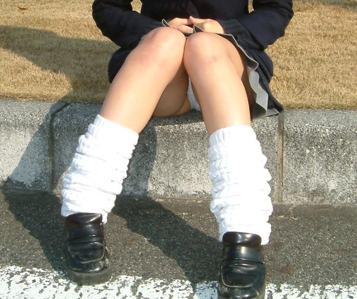 【パンチラエロ画像】貞操観念も疑わしくなってしまうような見え過ぎな座りパンチラwww 04