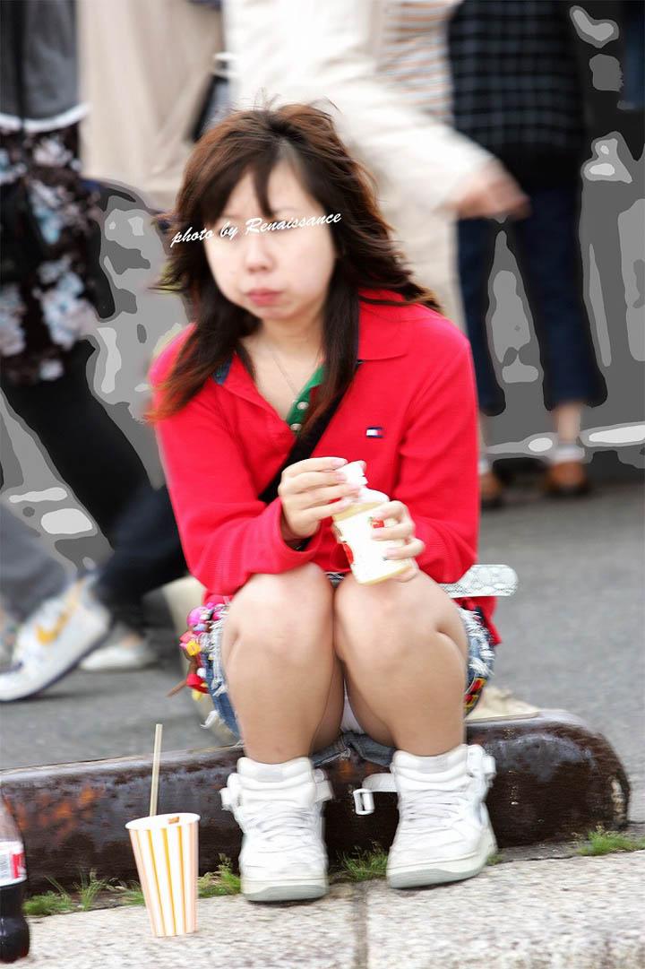 【パンチラエロ画像】貞操観念も疑わしくなってしまうような見え過ぎな座りパンチラwww 11