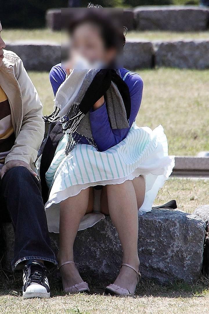 【パンチラエロ画像】貞操観念も疑わしくなってしまうような見え過ぎな座りパンチラwww 13