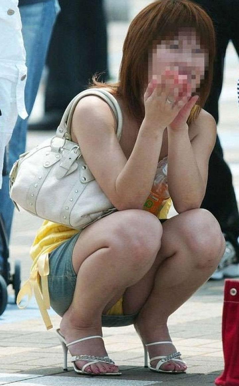 【パンチラエロ画像】貞操観念も疑わしくなってしまうような見え過ぎな座りパンチラwww 14