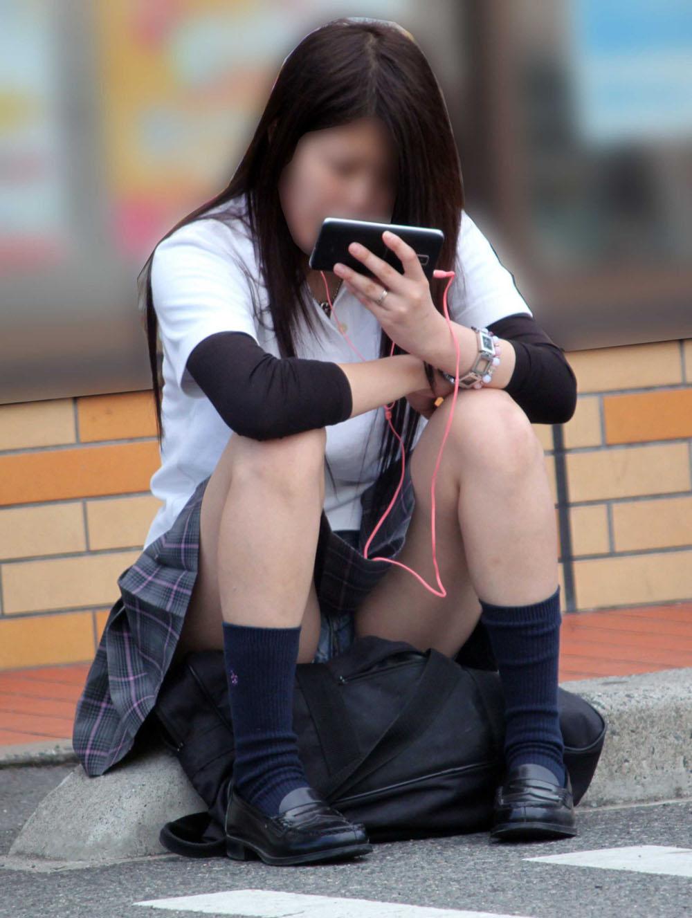 【パンチラエロ画像】貞操観念も疑わしくなってしまうような見え過ぎな座りパンチラwww 15