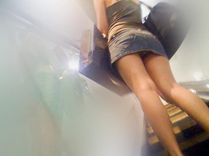 【パンチラ画像】ミニスカで階段上がるなんて覗いて下さいと言ったも同じなローアングル撮りwww 01