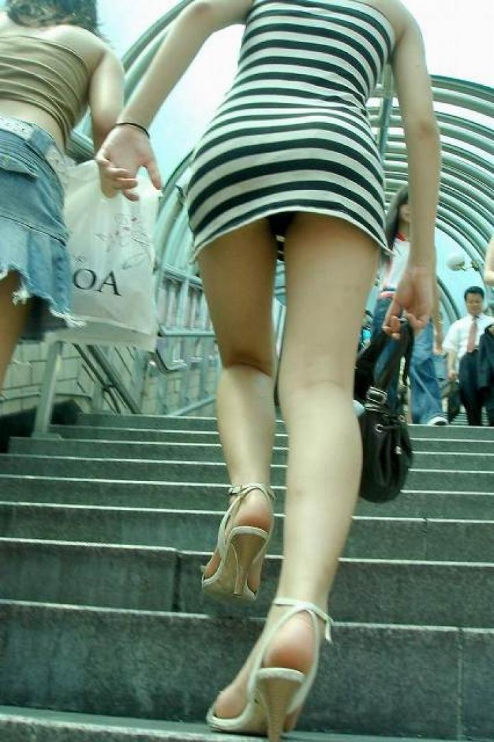【パンチラ画像】ミニスカで階段上がるなんて覗いて下さいと言ったも同じなローアングル撮りwww 02