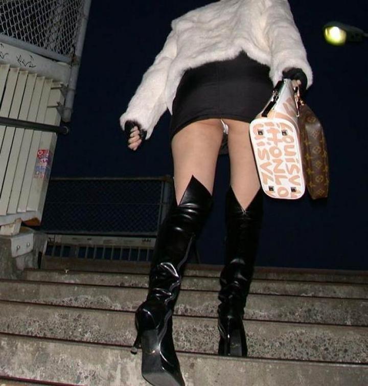 【パンチラ画像】ミニスカで階段上がるなんて覗いて下さいと言ったも同じなローアングル撮りwww 03
