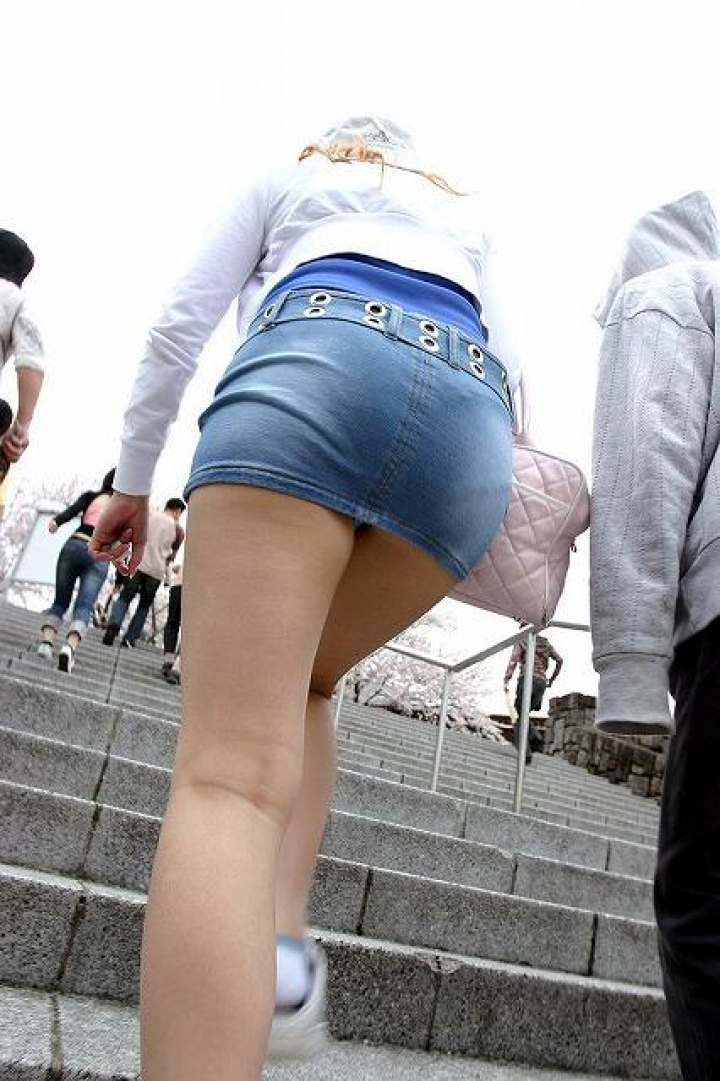 【パンチラ画像】ミニスカで階段上がるなんて覗いて下さいと言ったも同じなローアングル撮りwww 05