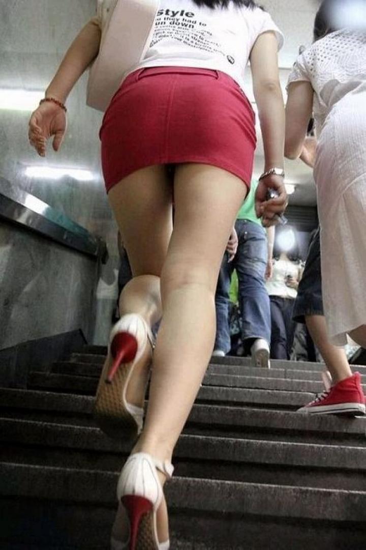 【パンチラ画像】ミニスカで階段上がるなんて覗いて下さいと言ったも同じなローアングル撮りwww 13