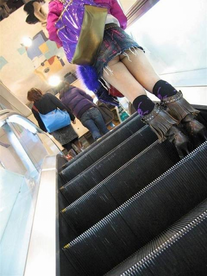 【パンチラ画像】ミニスカで階段上がるなんて覗いて下さいと言ったも同じなローアングル撮りwww 20
